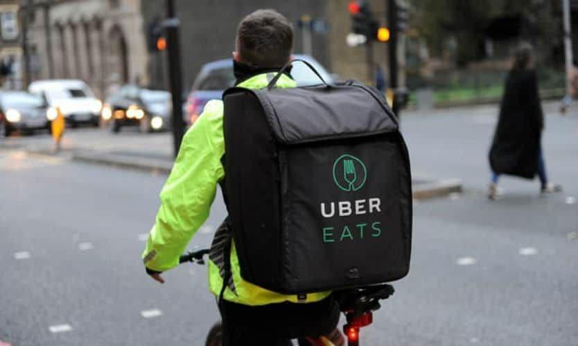 Un repartidor de Uber Eats se volvió viral luego de que fuera captado en video por un automovilista mientras comía el pedido.