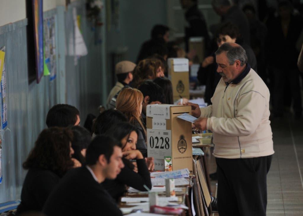 Toldo fractura a mujer que esperaba para votar