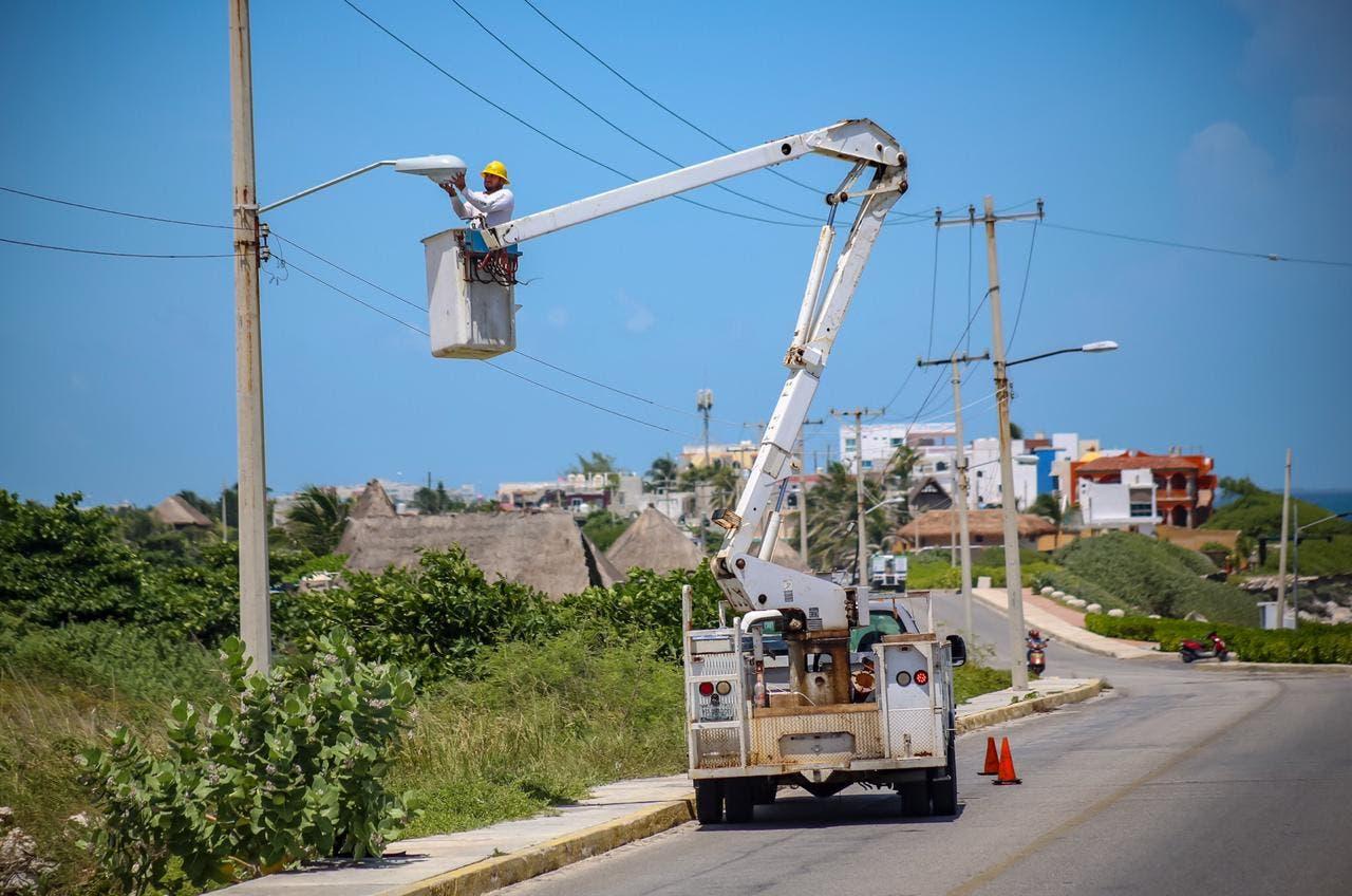 Instalan en Isla Mujeres 35 luminarias con paneles solares
