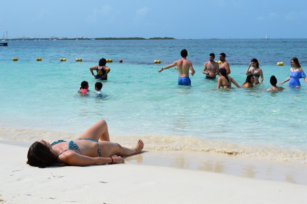 Mantienen playas limpias y libres de sargazo en Isla Mujeres