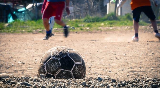Un joven de 18 años de edad, perdió la vida en un parque de Mérida, Yucatán, al recibir una descarga eléctrica cuando iba por el balón de fútbol.