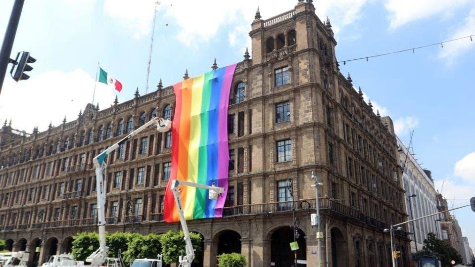 Celebran el Día del Orgullo LGBT en el Zócalo Capitalino