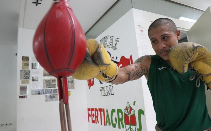 """Esta mañana una promesa del boxeo apareció muerto en su habitación. Iván, """"El Sonrics"""" Ramírez colgó los guantes y se suicidó."""