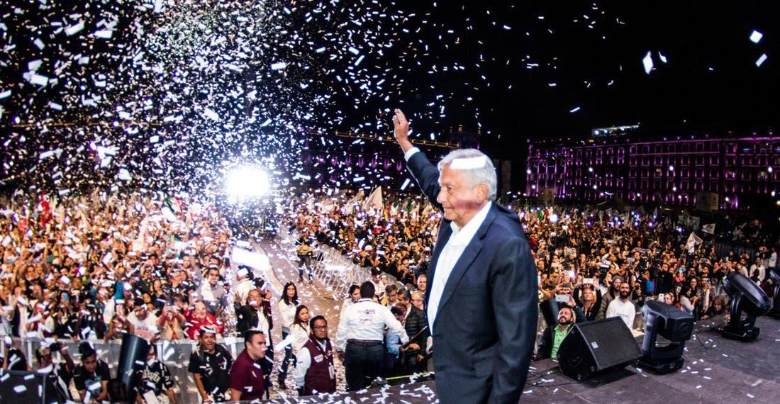 A un año del triunfo, AMLO viste al Zócalo para celebrar la 4T