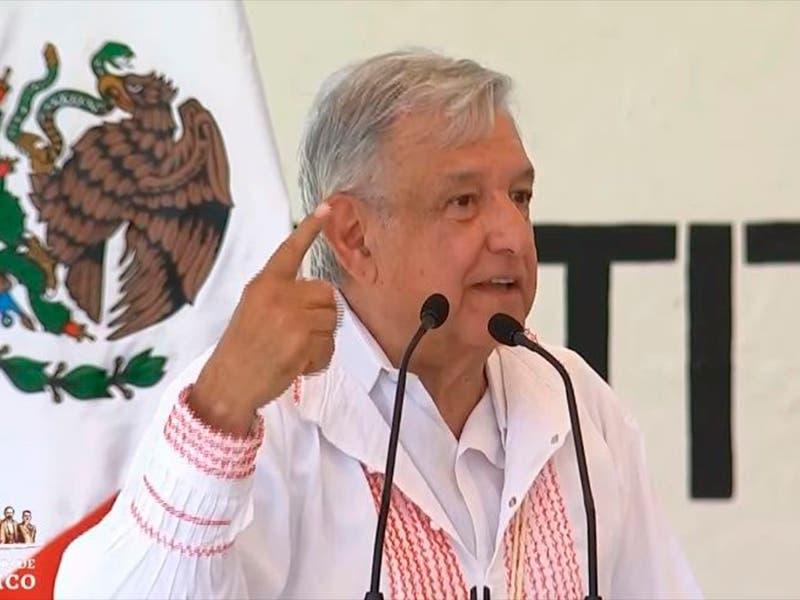 AMLO comparte foto con el subcomandante Marcos y EZLN