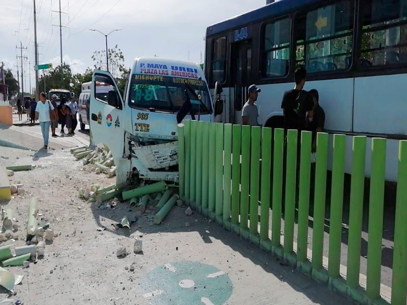 Accidente entre dos unidades de transporte en la avenida Nichupté