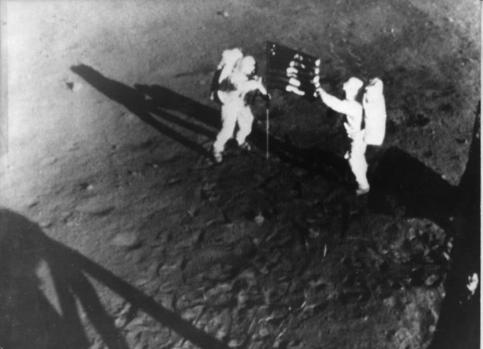Los astronautas Neil Armstrong (izquierda) y Edwin Aldrin colocan la bandera de Estados Unidos en el Mar de la Tranquilidad, lugar del alunizaje, el 20 de julio de 1969.