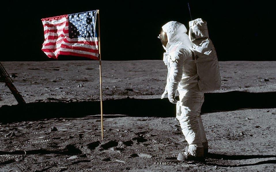 Edwin 'Buzz' Aldrin saluda la bandera estadounidense en la superficie de la Luna.