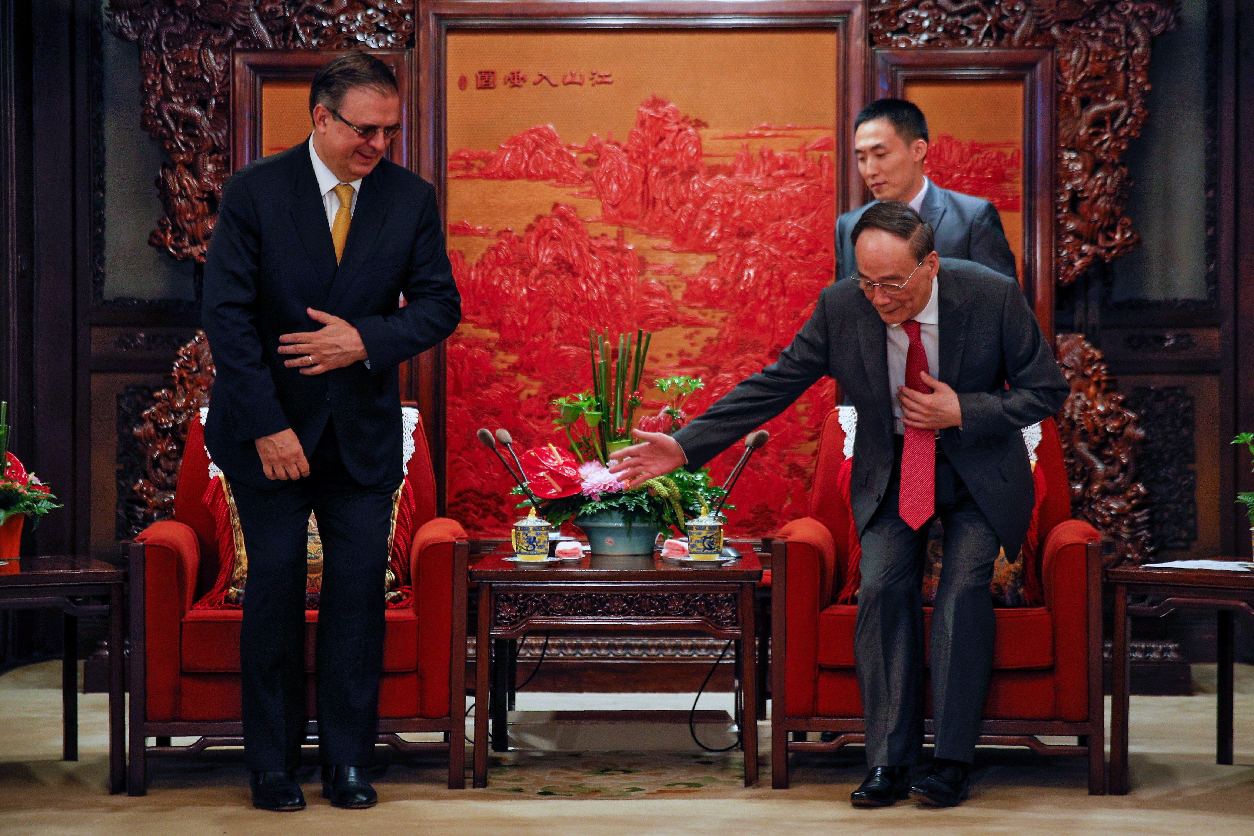 El vice presidente chino Wang Qishan da la bienvenida al canciller mexicano Marcelo Ebrard, en la ciudad de Beijing, China.