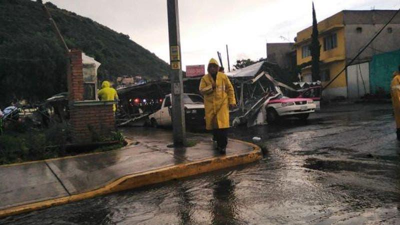 Espectacular cae sobre carros y lesiona a 5 personas en la México-Puebla