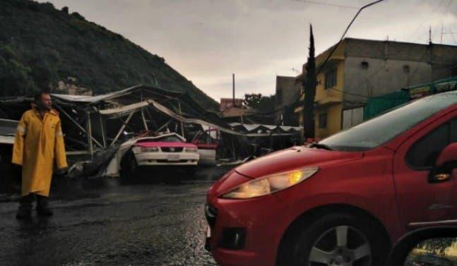 Espectacular cae sobre carros en la México-Puebla
