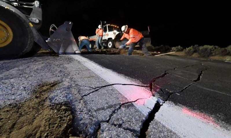 Trabajadores del estado, laboran arduamente intentando reparar las fracturas dejadas por los sismos.