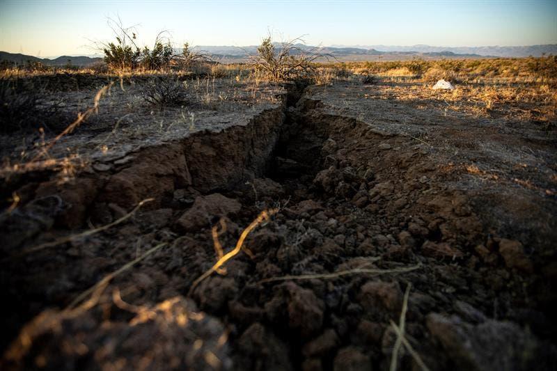 A ras de suelo, donde se ve una pequeña sección del área afectada, de acuerdo a científicos estadounidenses, hay partes donde la grieta se ensancha mucho más.