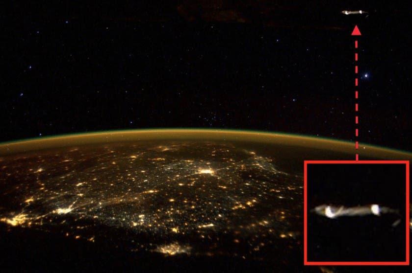 El astronauta Scott Kelly, el que más tiempo lleva en el espacio, a bordo de la Estación Espacial Internacional, tuiteó esta imagen junto al mensaje: No estamos solos en el espacio.