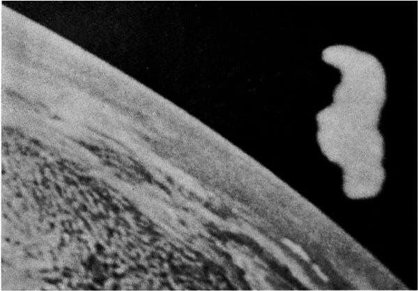 Presuntas imágenes tomadas por la tripulación del Apolo XI de un objeto amorfo en el espacio, cercano al Apolo XI.