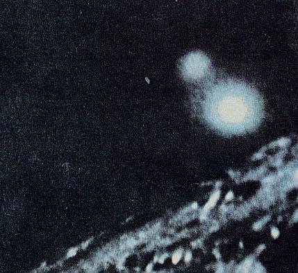 Imagen presuntamente tomada desde el Apolo XI a un ovni que los habría seguido en su trayecto hacia la Luna.