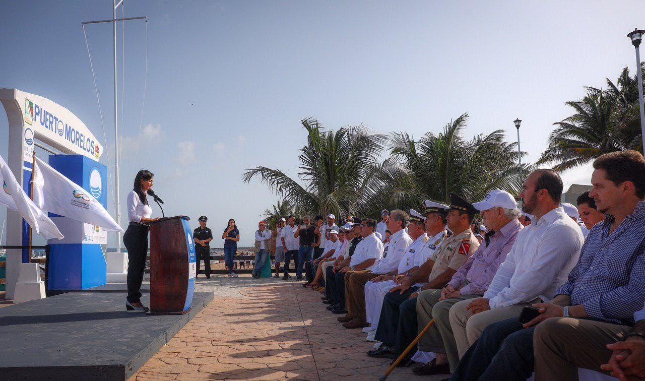 """La alcaldesa Laura Fernández Piña izó hoy, en histórico día para Puerto Morelos, el primer estandarte """"Blue Flag"""" del destino"""