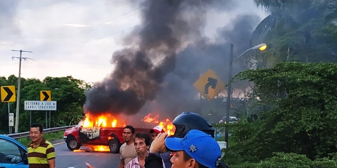 """Incendian autos en Tabasco; """"dan bienvenida"""" a Guardia Nacional"""