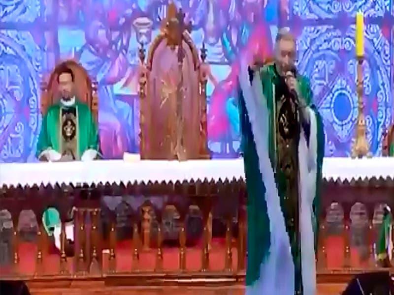 Sacerdote es empujado en misa: VIDEO