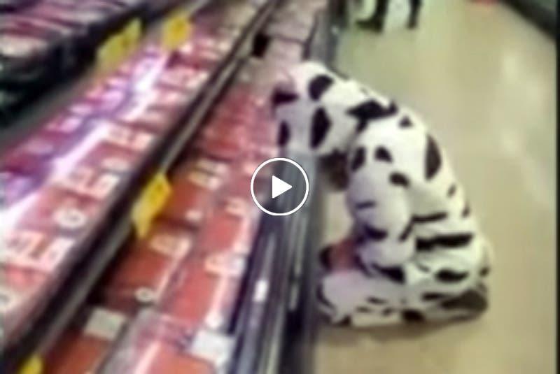 Vegana disfrazada de vaca llora en el supermercado frente a las carnes