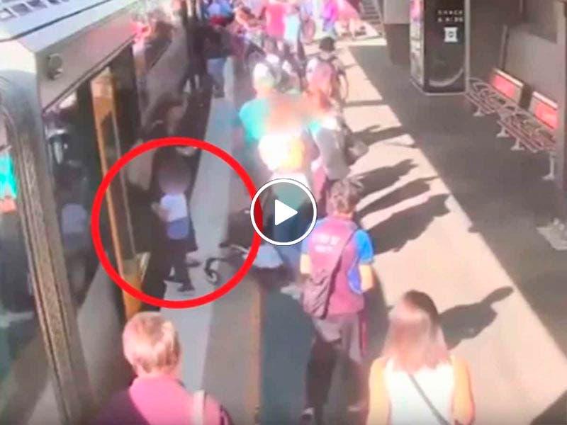 Video niño cae a vías del tren en Australia