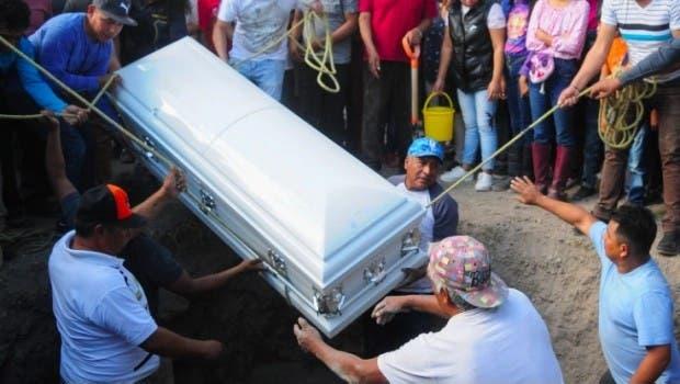 Niño vendedor de dulces muere al golpearse la cabeza en el camión