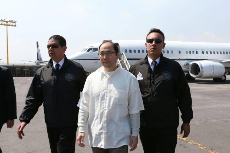 El ciudadano chino-mexicano, Zhenli Ye Gon, siendo extraditado a México por autoridades estadounidenses en 2016.