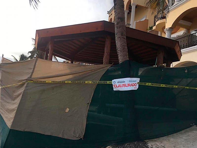 Clausuran obra en Solidaridad que presuntamente tiraba cemento al mar