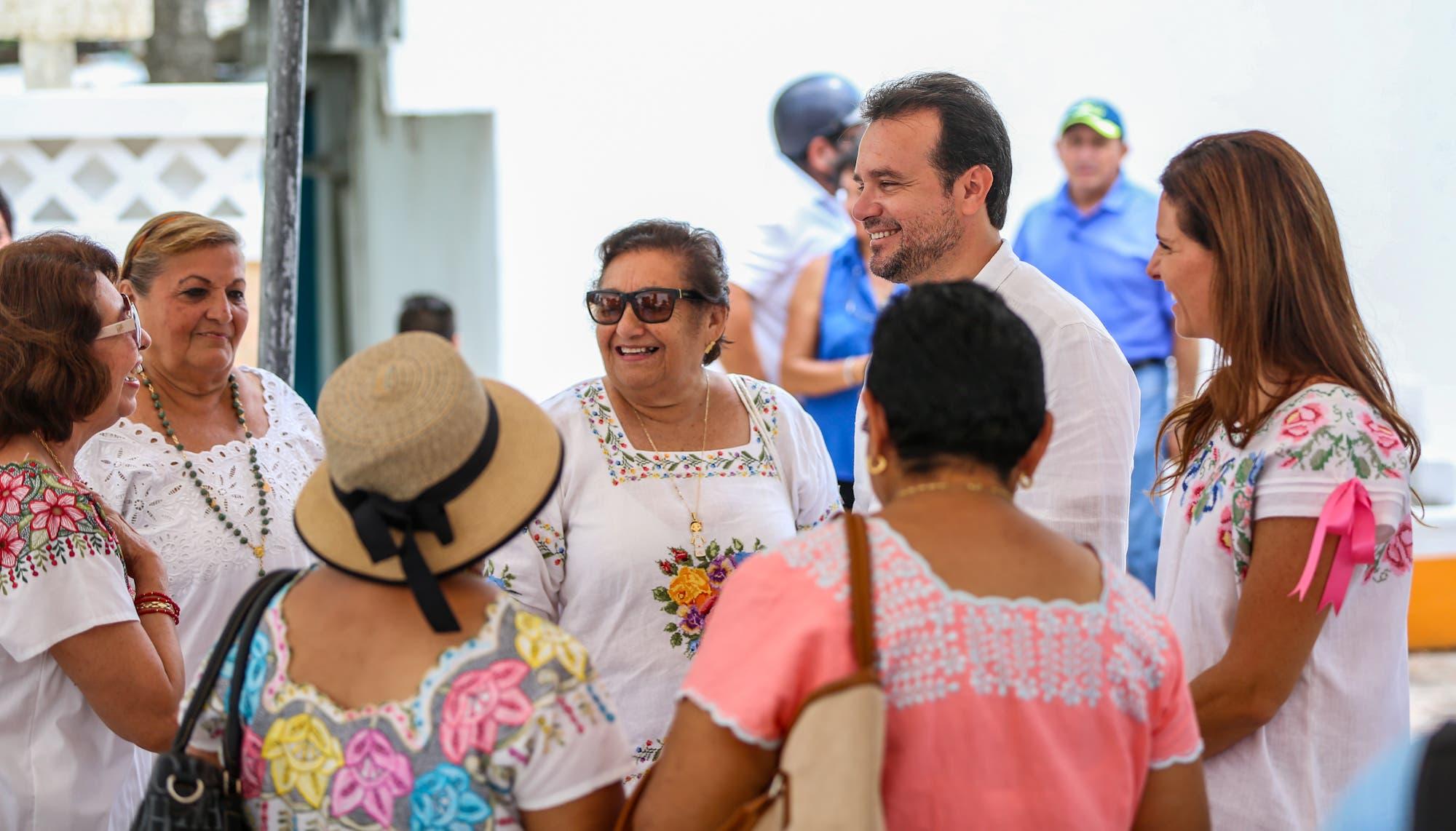 De la mano, Pedro Joaquín y Mary Mar Abad de Joaquín trabajan por las personas que más lo necesitan
