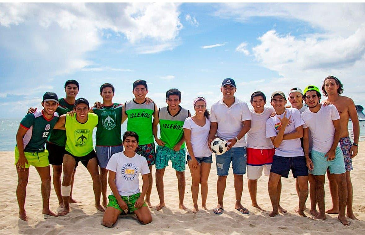 Reconoce Pedro Joaquín el esfuerzo y dedicación de jóvenes cozumeleños que estudian en Yucatán
