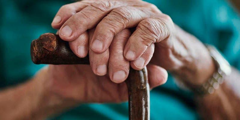 Multas y trabajo comunitario para proteger adultos mayores
