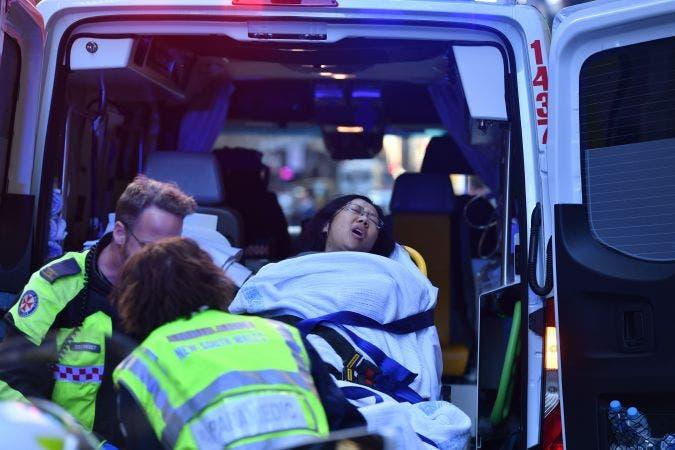 El atacante dejó una joven muerta en el interior de un edificio y al salir atacó a otra dama acuchillándola por la espalda.