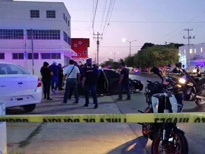 Persecución y balacera en la avenida Kabah; policías detienen a una pareja de un auto compacto, al parecer huían de un atentado por parte de sicarios.
