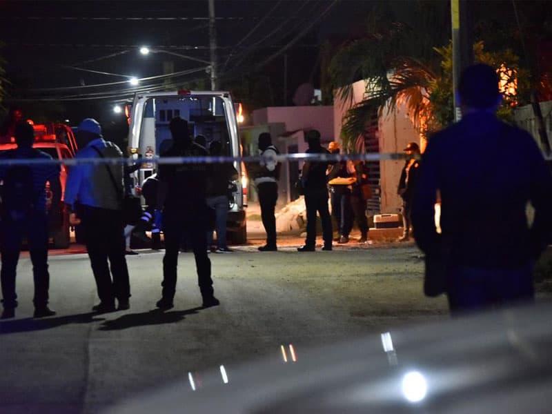 Reciben a balazos a policías en cateo en la región 219; como resultado del enfrentamiento, una persona resultó lesionada y recibió atención de paramédicos.