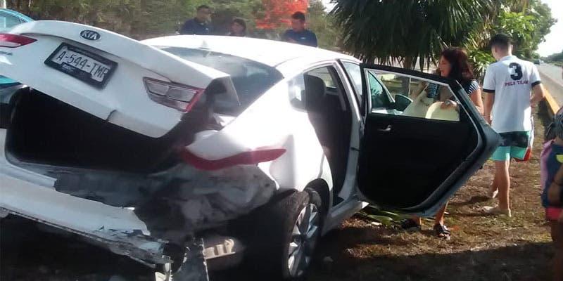 Se acuerdo con los primeros reportes, un vehículo Ford Kia, color blanco, placas de circulación A-544 TMR chocó por alcance contra un Nissan Tsuru.