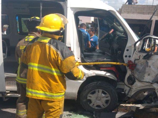 Varios pasajeros de una van lesionados en choque; unidad del servicio se impacta contra una camioneta en la avenida Nichupté.