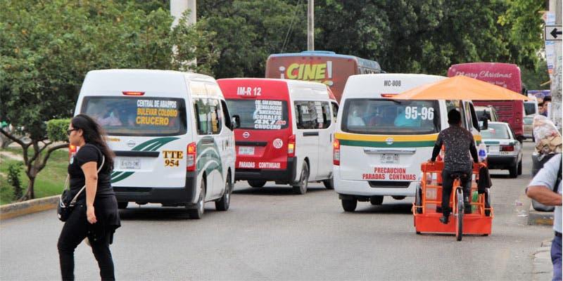 Taxis y combis legales que transitan en Cancún e isla Mujeres; ante las inquetudes de los usuarios, el Imoveqroo dio a concoer el número de concesiones.