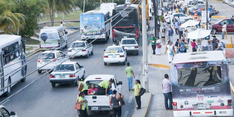 Número real de taxis y combis legales que transitan en Cancún