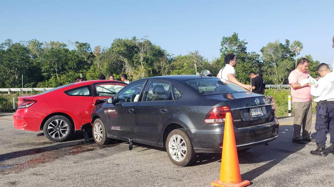 Se estrellan dos automóviles