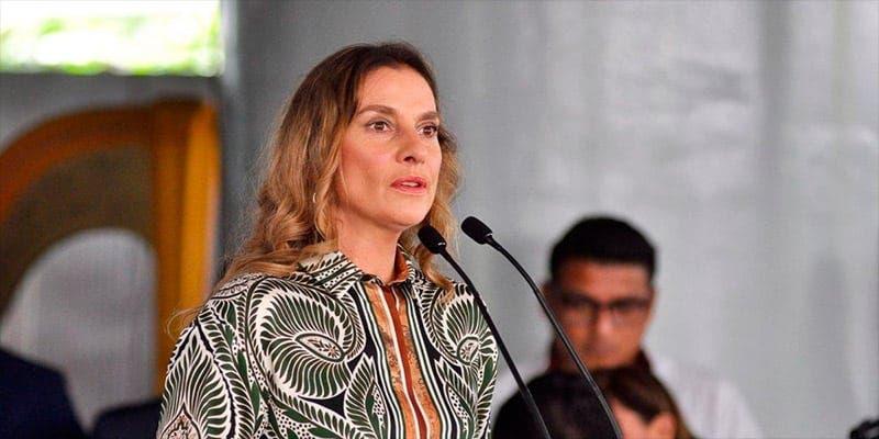 """Esposa de AMLO contra feministas, """"Se puede protestar, pero no rayar"""""""