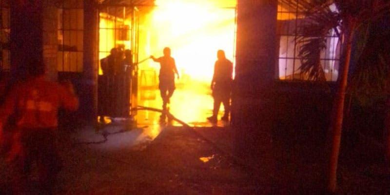 """Incendian bar en Felipe Carrillo Puerto; aparentemente los encargados del """"Iker"""" no cedieron al llamado cobro del """"derecho de piso"""" de la delincuencia."""
