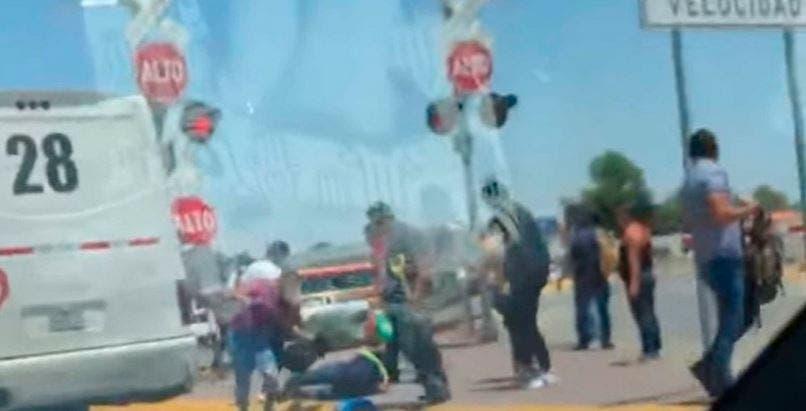 VÍDEO: Pasajeros saltan del autobús para evitar que los arrolle en tren