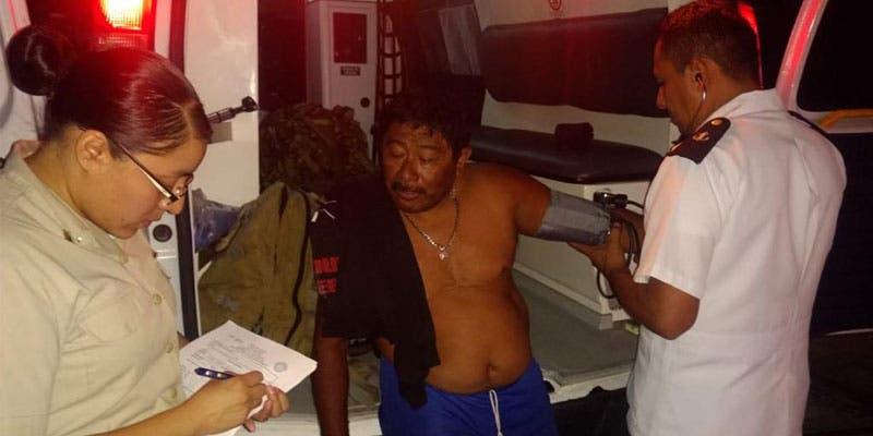 Rescatan a tripulantes de embarcación a la deriva en Isla Mujeres; una falla en el motor, provocó que quedaran varados a 25 millas náuticas de la ínsula.