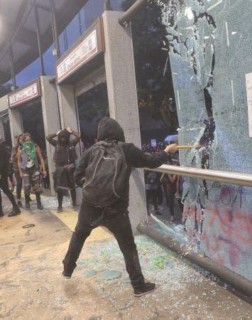 La estación Insurgentes del Metrobús destrozada, una estación de policía vandalizada e incendiada y el Ángel de la Independencia rayoneado están entre los saldos de la protesta contra la creciente violencia de género.