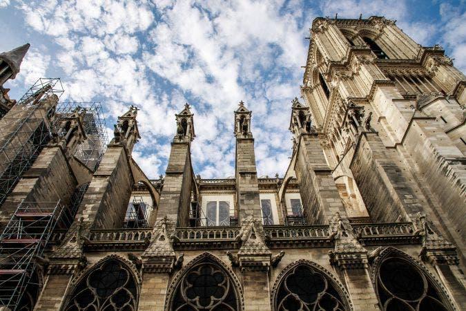 La catedral de Notre Dame de París, que sufrió un incendio en abril, registró caídas de piedras durante la reciente ola de calor que azotó Francia y sigue corriendo el riesgo de derrumbarse.