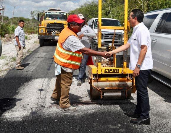 Se invertirán 76 millones 874 mil pesos en la aplicación de 26 kilómetros de carpeta asfáltica o seis mil 500 metros cuadrados de bacheo