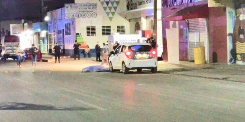 """Ejecutan a taxista fuera de bar en Playa del Carmen; la víctima esperaba pasaje frente al """"Muchacho Alegre"""" cuando fue atacado a balazos en la avenida 115."""