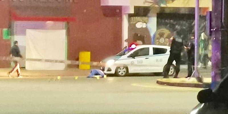 Ejecutan a taxista fuera de bar en Playa del Carmen.