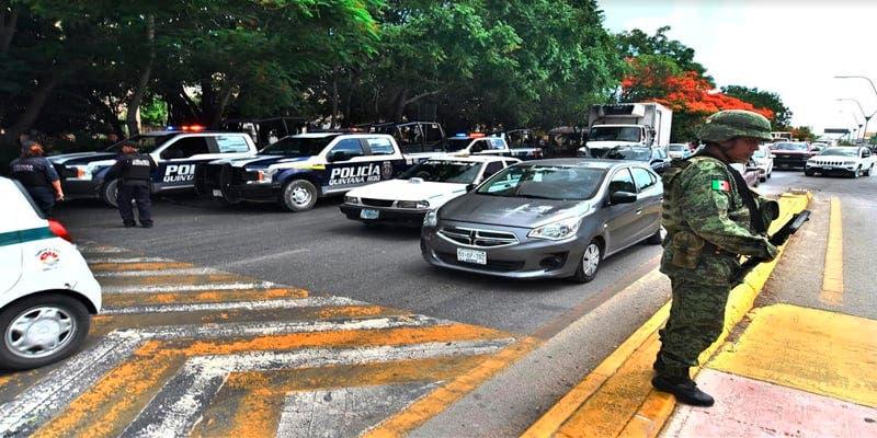 Taxista saca una pistola para evitar infracción en Cancún