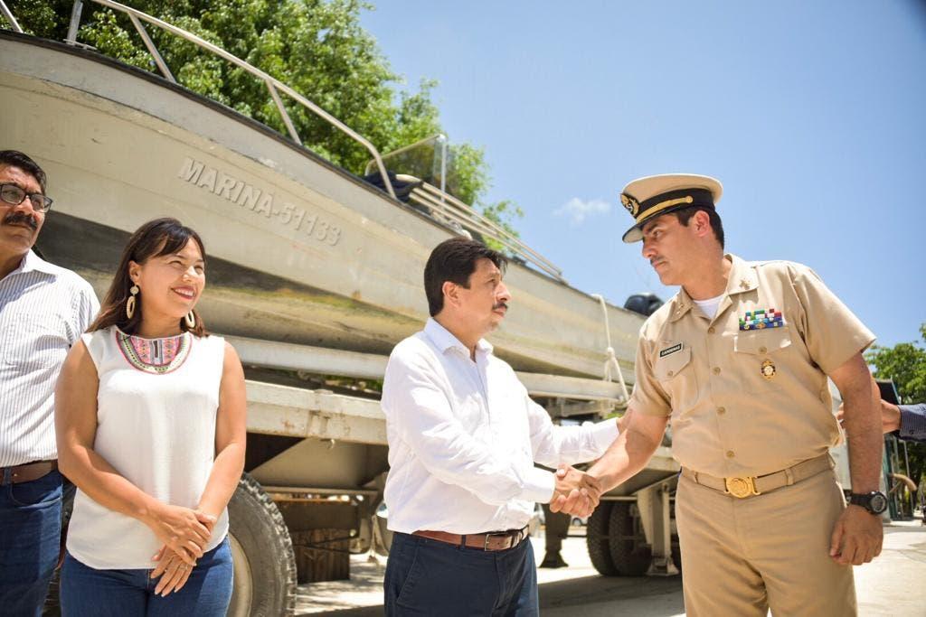 Marina entrega embarcación a Tulum para combate al recale de sargazo